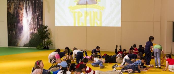 Escolares realizando actividades didácticas en el Campamento Tepuy tras visitar la exposición 'Orinoco. Viaje a un mundo perdido'. Foto: Óscar Corral